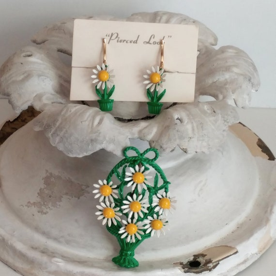 1960s  daisy enamel flower basket pin or brooch an