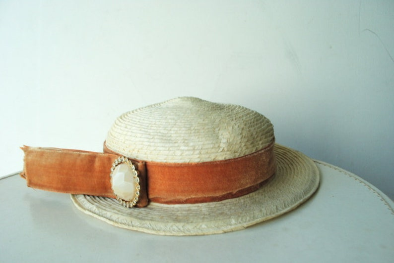 Summer fashion vintage 50s light brown velvet band and brooch boater style straw hat white genuine raffia By Dolly Madison .Size 22.