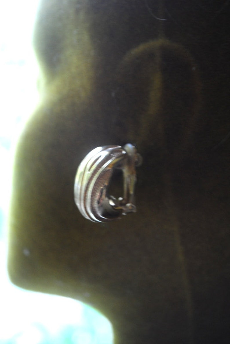 John. ribbed gold tone metal Made by St asymmetric half hoop clip on earrings Glamour vintage 80s