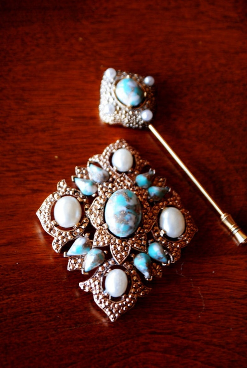 Sarah Coventry. Art nouveau vintage 70s jewerly set gold tone metal marcasite  brooch hat /'s pin with a faux white pearls and turquise