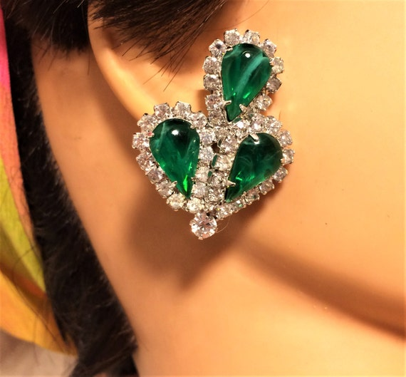 Vintage Weiss Clip On Earrings with Emerald Green Teardrop Marbleized Stones And Clear Rhinestones Set in Silver Colored Settings. D10