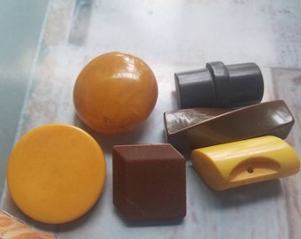 Vintage Buttons - lot of 6 assorted most are Bakelite (4) butterscotch and brown 7/8 inch - 1 1/2, large  (jun 69 18)