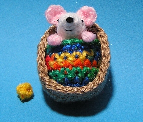 Lisa the crochet mouse - A free crochet pattern. Yarnhild.com | 488x570