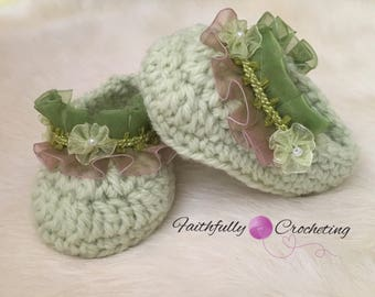 Newborn girl booties.. little baby shoes.. crocheted booties.. ready to ship