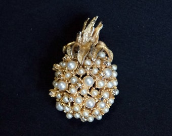 ALICE CAVINESS Charming Vintage Pineapple Brooch with Rhinestones and Faux Pearls Set in Gold Tone Metal