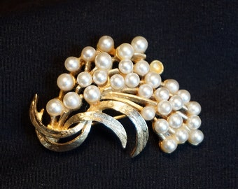 ART ModeArt Arthur Pepper Vintage Gold Tone Metal Brooch with Faux Pearl Accents