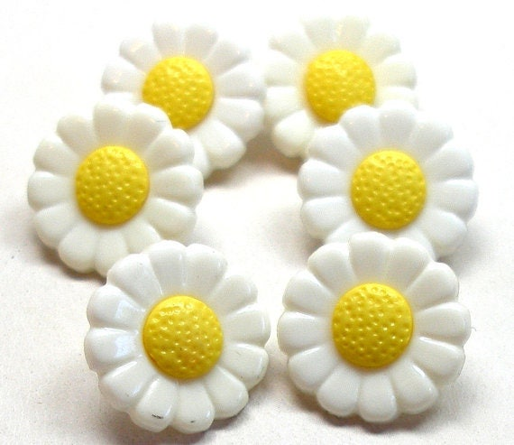 Daisy Buttons Set Of 6 Plastic Flowers In Yellow White Etsy