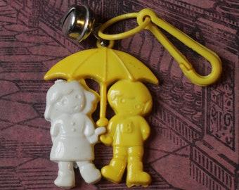 Vintage Bell Charme Mädchen junge Regenschirm Regen gelb weiß - Charme-Armband - Kette Retro Schlüsselanhänger-Clip Reißverschluss zu ziehen - Kitsch Kawaii Mini 80er Jahre