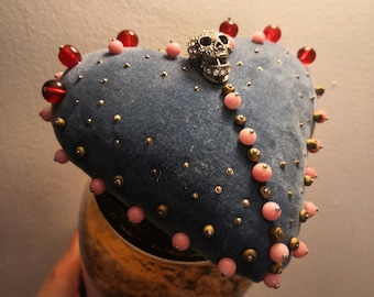 Il Bacio Della Morte -  Skull  - Sailors Treasure - Sweetheart Beaded Heart Pin Cushion