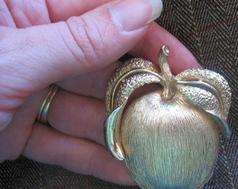 Adam's Delight Vintage Brooch Pendant apple peach goldtone VTG Sarah Coventry Sarah Cov
