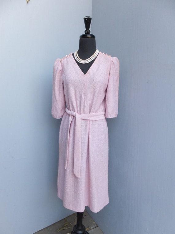 Vintage Años 70 80 S Vestido Sally Petite Malva Rosa Knubby Poliester Knit Vestido Vestido De Secretaria Medio