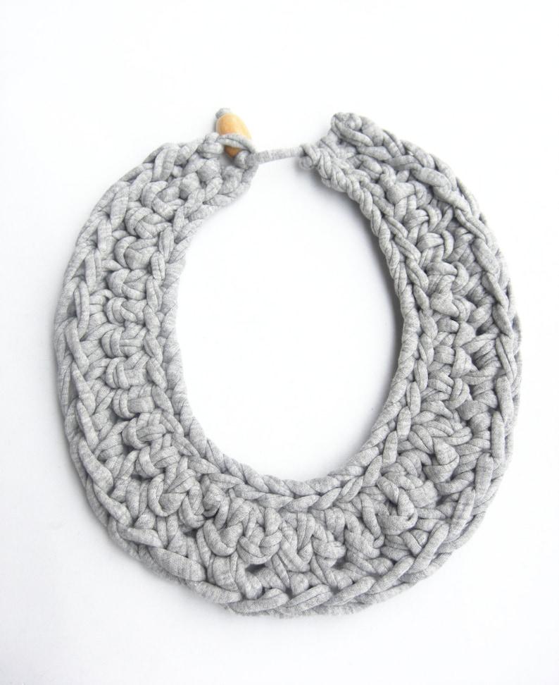 cd90b4bce0fc Collar babero gris collar ganchillo gris collar de trapillo