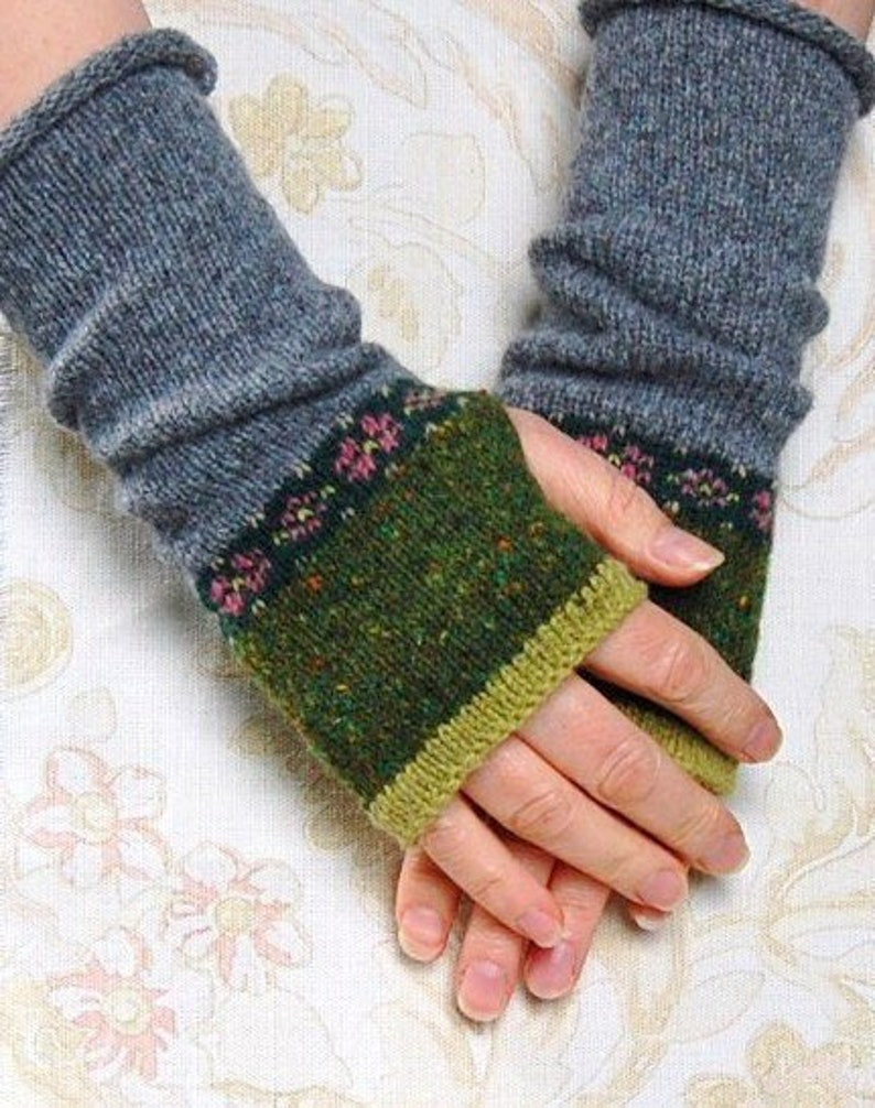 Rose Mitts Knitting Pattern image 0