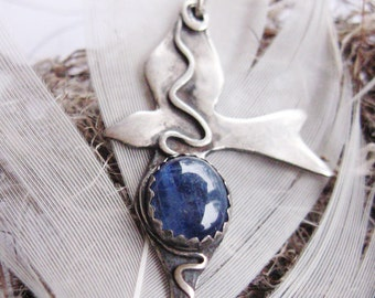 Bird Fetish, symbolic blue kyanite bird totem, kyanite pendant, symbolic pendant, spiritual bird jewelry