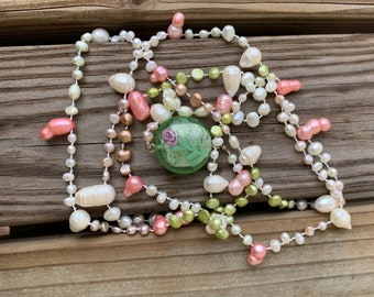 Flapper-style knotted pearl necklace pink green white