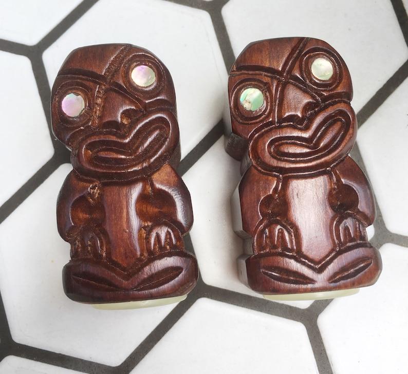 Mid-century Rotorua New Zealand Handcarved with MotherofPearl eyes Salt /& Pepper Shakers
