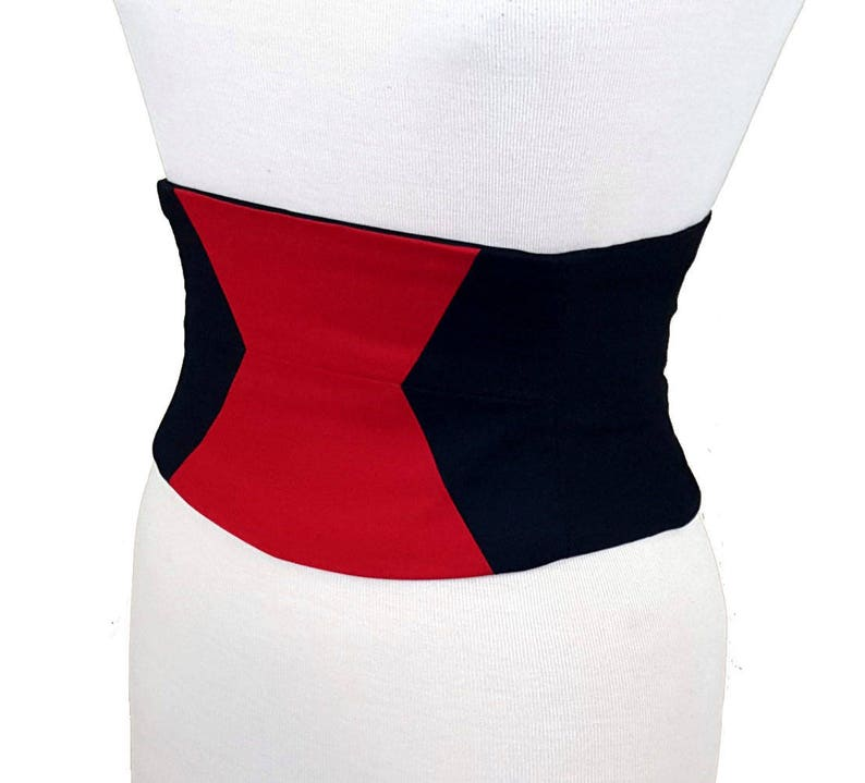 954125524ff Black Widow Corset   noir et serre-taille rouge   seins nus