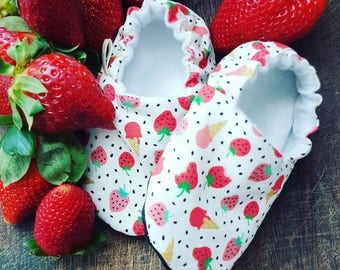 Strawberries Baby Shoes /Baby Moccs / Baby Shoes / Vegan Moccs / Vegan Baby Shoes / Waldorf Shoes / Childrens Indoor Shoes / Baby Moccasins