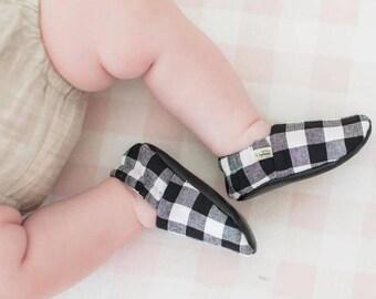 Black Plaid Baby Shoes / Baby Moccasins / Childrens Indoor Shoes / Baby Moccs / Monochrome Baby / Monochrome Moccs / Vegan Moccs / Waldorf
