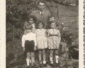 Dated 1945 Dad and 5 children French black and white photographie