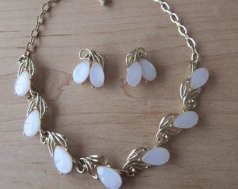 Vtg White THERMOSET Necklace/Choker & Clip On Earrings SET