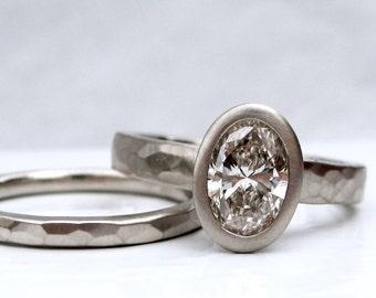 Un carat ovale diamant bague de fiançailles et martelé bande de mariage en recyclé or blanc, solitaire diamant ovale avec bande de mariage