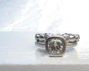 Platine et le coussin coupe diamant solitaire profil bas lunette ensemble bague de fiançailles avec bague assortie de l'éternité diamant
