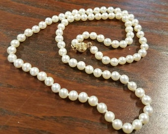 14 karat gold clasp 18in white pearl necklace. Lovely vintage, perfect for a wedding.