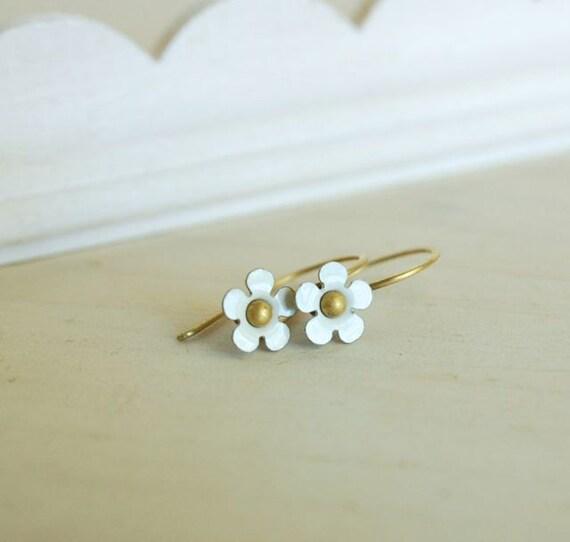 tiny white flower earring dainty daisy vintage enamel flower earrings blanc petit fleur
