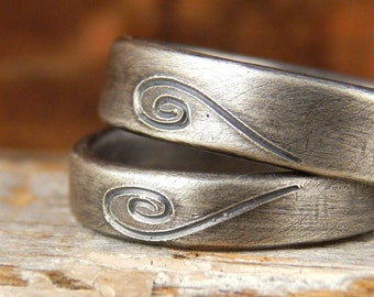 Heart wedding bands SET. 2 sterling silver bands, one 5 mm wide & one 4 mm wide, engraved heart, comfortable, recycled silver, 1.5 mm thick.
