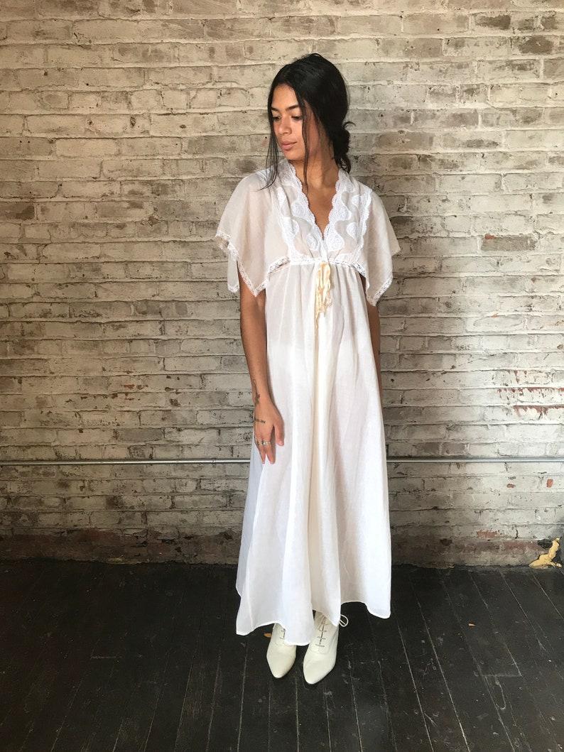 Jahrgang Diane Von Furstenberg Nachthemd / Creme Negligee / weiße Spitze  Peignoir