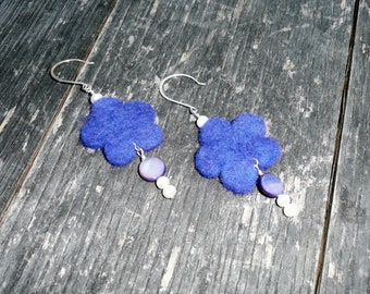 Feeling Daisy. Beautiful felt earrings with a flower felt shape in blue with mother of pearl coin beads and pearls.
