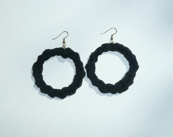 Round T - Black hoop earrings