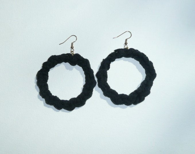 Round T - Black hoop earrings