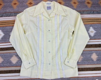 Vintage 60s Karman Denver CO Western Cowgirl Blouse Shirt Top Pearl Snap Size 34 S Small Light Yellow Cotton Blend Rodeo Stock Show NFR