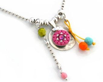 Collier réglable médaillon rose et breloques
