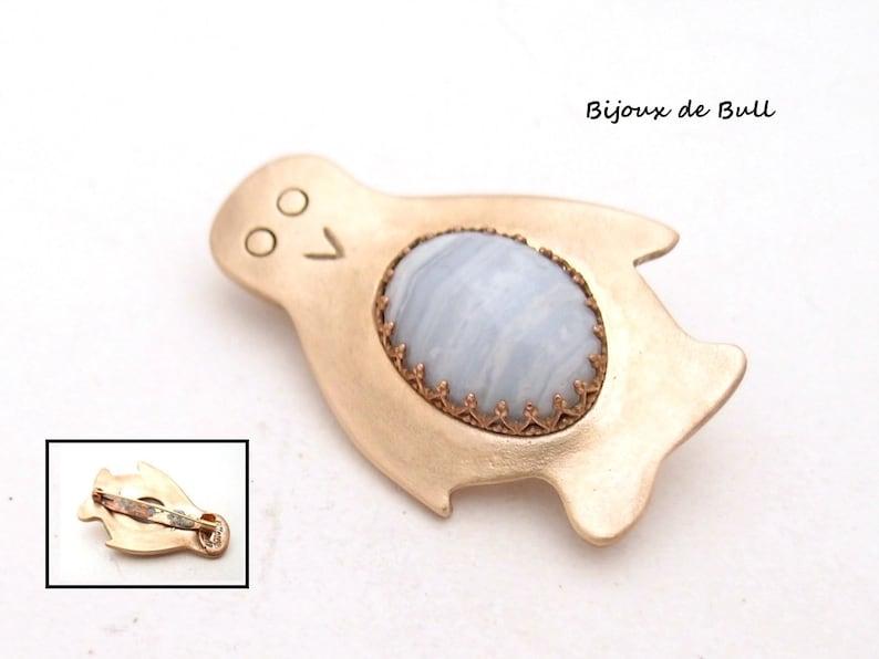 Penguin brooch in golden bronze and chalcedony stone
