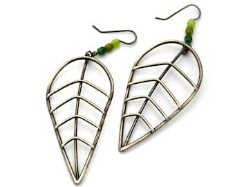 Extra Large feuille boucles d'oreilles avec perles de verre vert, bijoux botanique, déclaration minimale boucles d'oreilles, boucles d'oreilles en argent