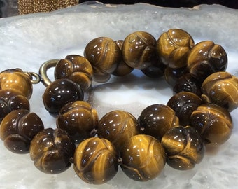 Oeil de tigre sculpté collier de pierres précieuses