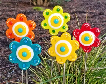 Glassworks Northwest - PICK YOUR COLOR Button Flower Plant Stake - Fused Glass Garden Art, Garden Art Outdoor, Outside Decoration, Rainbow
