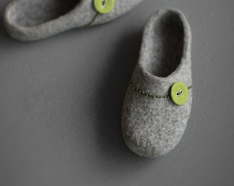 Felted slippers for women - Grey clogs with spring green button - Natural gray organic wool clogs Eco friendly home shoes with rubber sole