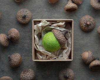 Felted wool acorn magnet with natural real acorn cap and felted wool bead in fresh green color packed in a craft box - Baby shower favour