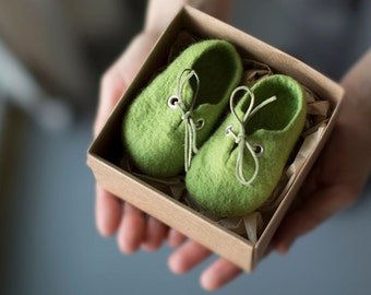 Pregnancy reveal to grandparents, Green wool booties, Newborn booties, Felted unisex eco friendly baby shoes in a box, Baby shower gift