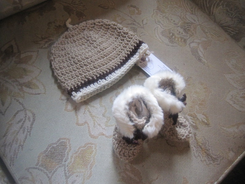 64ef46662de Unisex Beige Crochet Baby Cap Baby Uggs Hi Top Booties Set Faux Fur trim 0-  6 months Neutral Warm Sherpa Inner soles