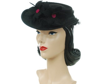 ebac843220d Vintage 1940s Hat - New York Creations Black Wool Felt Tilt with Four Cut  Felt Daisies with Fuchsia Centers