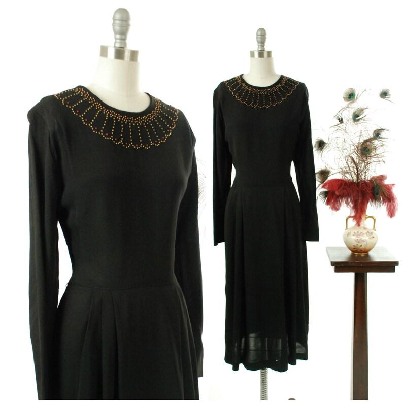 ce26ba2b84b Robe vintage des années 1940 Egyptian Revival rayonne noir