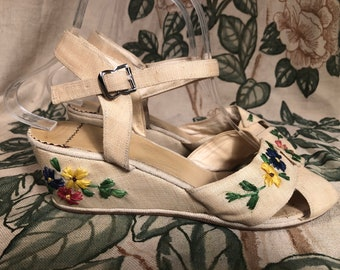 1950s Shoes - Fantastic Vintage 50s Summer Wedges in Linen Cloth with Raffia Floral Embroidery Size 7 8