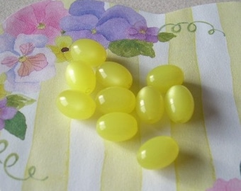 12 Vintage Lemon Yellow Moonglow Lucite Beads Plastic Jelly Beans