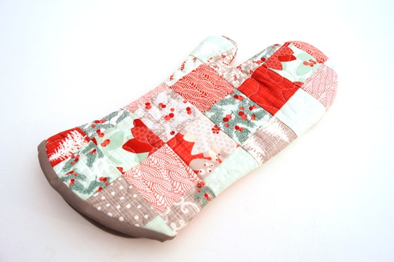 Quilted Oven Mitt with Christmas Fabric Patchwork, Holiday Kitchen Linen