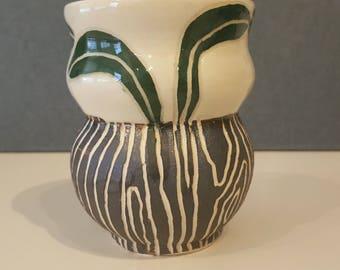 Leaf vase with wood grain
